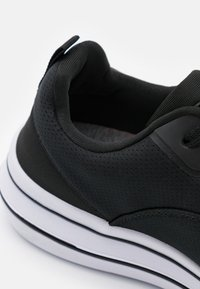 Champion - LOW CUT SHOE NYAME - Sportovní boty - black - 5