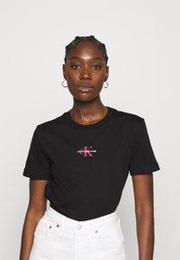 Calvin Klein Jeans - MONOGRAM LOGO TEE - T-paita -  black/party pink - 0