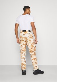 Karl Kani - SIGNATURE CAMO CRINCLE PANTS - Cargo trousers - beige/sand - 2