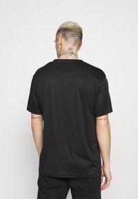 Carlo Colucci - DONNAY X CARLO COLUCCI - Print T-shirt - black/gold - 2