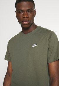 Nike Sportswear - CLUB TEE - T-shirt - bas - twilight marsh/white - 4