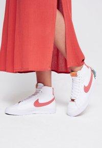 Nike Sportswear - BLAZER MID '77  - Vysoké tenisky - white/light sienna - 0