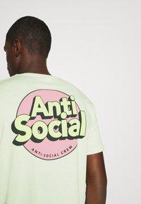 YOURTURN - UNISEX ANTI SOCIA - T-shirt print - light green - 3