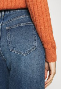 ONLY - ONLTROY LIFE CARROT - Relaxed fit jeans - medium blue denim - 5