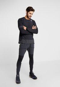 Nike Performance - WILD RUN MIDLAYER - Funktionstrøjer - black/off noir/electric green - 1