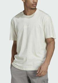 adidas Originals - T-shirt med print - white - 5