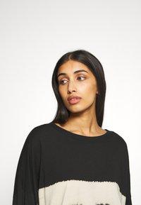 Weekday - HUGE DRESS - Žerzejové šaty - black tie dye - 3