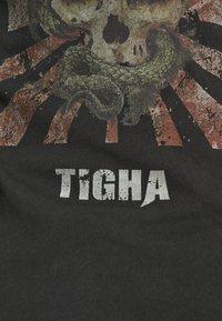 Tigha - SNAKE SKULL WREN - T-shirt print - vintage black - 5