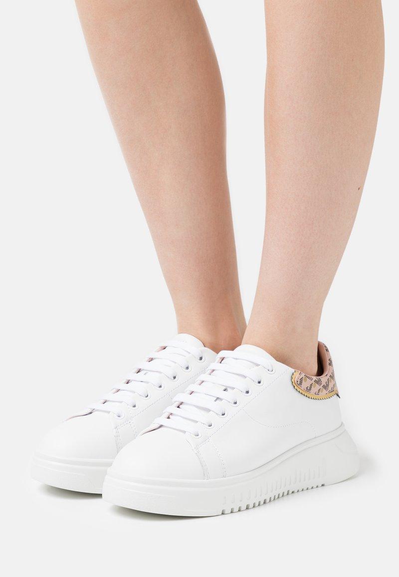 Emporio Armani - Sneakers laag - white/nuage/testa di moro/gold