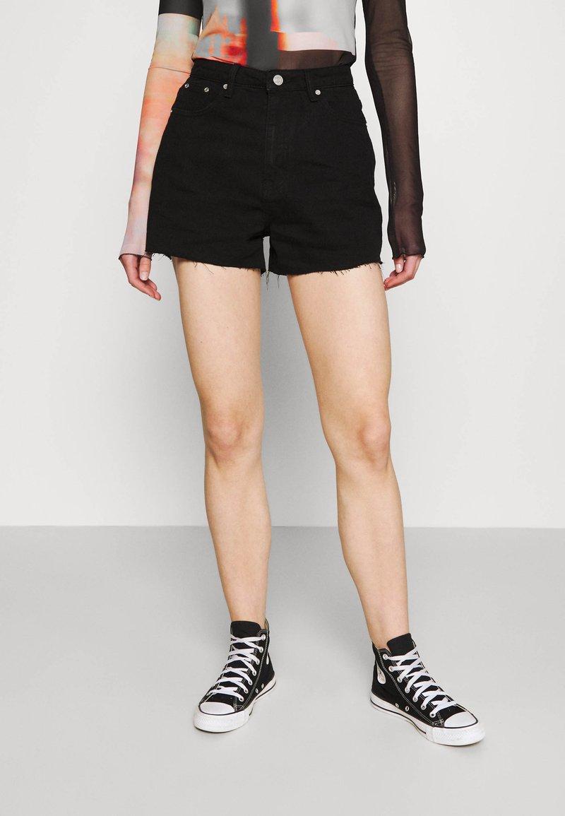 Missguided - RIOT RAW HEM MOM - Shorts di jeans - black