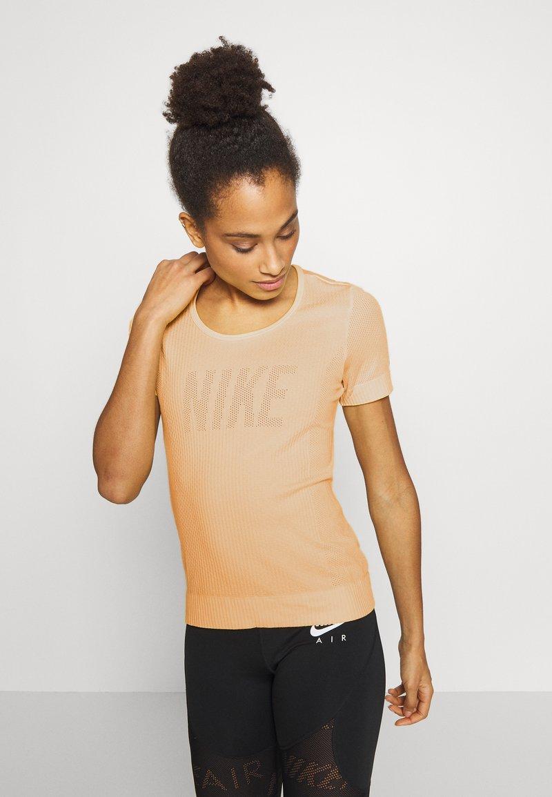 Nike Performance - W NK INFINITE TOP SS GX - T-shirts med print - topaz gold