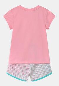 Nike Sportswear - PIXEL POP SRINTER SET - T-shirt imprimé - pink/white - 1