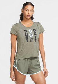 Nike Performance - ICON CLASH - Print T-shirt - olive - 0