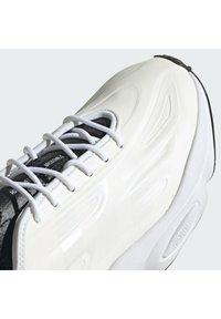adidas Originals - OZWEEGO HELMET CLOSED SHOES - Trainers - ftwwht/cwhite/cblack - 7