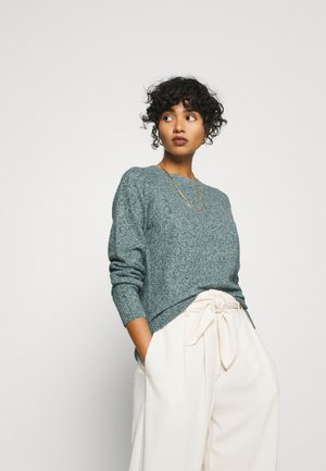VMDOFFY O NECK - Strickpullover - pine grove/white melange