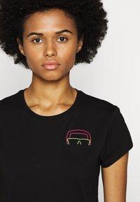 KARL LAGERFELD - IKONIK POCKET TEE GLASSES - T-shirt z nadrukiem - black - 3