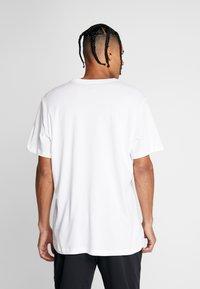 Jordan - JUMPMAN CREW - T-shirt con stampa - white/infrared - 2