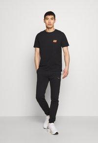 Bricktown - SMALL - Print T-shirt - black - 1