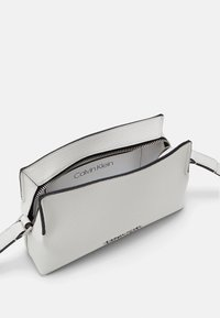 Calvin Klein - CROSSBODY - Sac bandoulière - white - 2