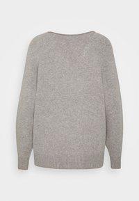 Selected Femme Petite - VNECK - Neule - light grey melange - 1