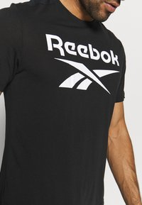 Reebok - WOR SUP GRAPHIC TEE - T-shirt print - black - 5