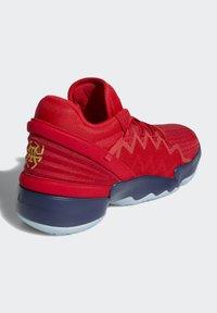 adidas Performance - D.O.N. ISSUE 2 - Indoorskor - scarlet/team navy blue/gold metallic - 2