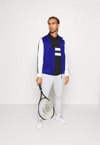 Lacoste Sport - TENNIS - Camiseta de deporte - black/cosmic/white - 1