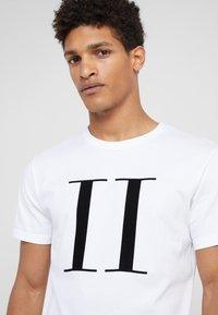 Les Deux - ENCORE  - Print T-shirt - white/black - 4