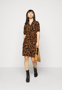 Noisy May Petite - NMLESLEY WRAP DRESS PETITE - Day dress - brown sugar/black - 1