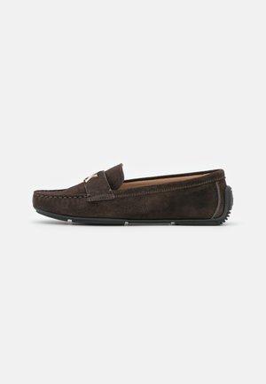 DRIVING  - Loaferit/pistokkaat - dark brown