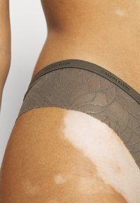 Calvin Klein Underwear - SHEER MARQUEISETTE THONG - String - platinum grey - 4