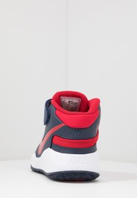 Nike Performance - TEAM HUSTLE D 9 FLYEASE - Basketbalové boty - midnight navy/university red/white - 4