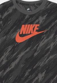 Nike Sportswear - TEE CAMO FUTURA - Maglietta a manica lunga - iron grey - 2