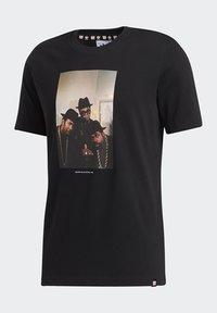 adidas Originals - RUN DMC PHOTO TEE - Print T-shirt - black/white/scarle - 13