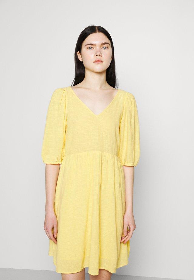 VMGABI DRESS  - Denní šaty - cornsilk