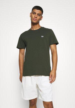 PATCH LOGO TEE - T-shirt basic - serpico green