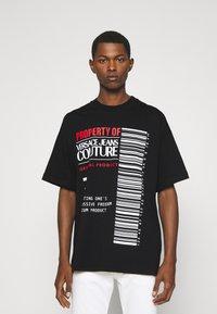 Versace Jeans Couture - INTERLOCK - T-shirt imprimé - nero - 0