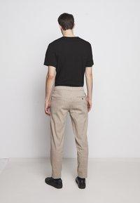 Theory - GRAHAM ALARO STRIPE - Pantalon classique - beige stone - 2