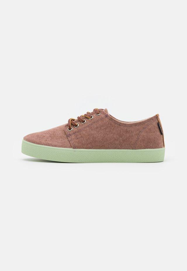 HIGBY UNISEX - Sneakersy niskie - brown/neomint