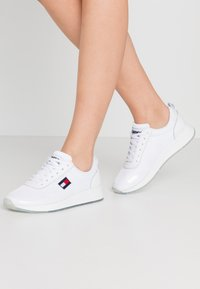 Tommy Jeans - FLEXI RUNNER - Sneakersy niskie - white - 0