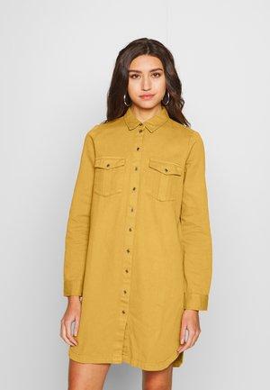 SOPHIE SHORT DRESS - Denimové šaty - brown sugar