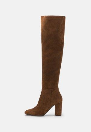 SELSIE - Ilgaauliai batai virš kelių - taupe