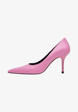 MIT KROKOPRÄGUNG  - Classic heels - light pink