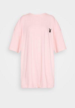 PLAYBOY REPEAT SLOGAN DRESS - Jerseykjole - pink