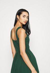 WAL G. - NADIA VPLUNGE NECK SKATER DRESS - Koktejlové šaty / šaty na párty - forest green - 3