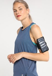 ASICS - ARM POUCH PHONE UNISEX - Annet - performance black - 4