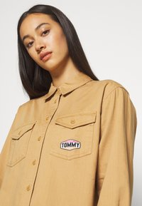 Tommy Jeans - BADGE DETAIL - Button-down blouse - country khaki - 3