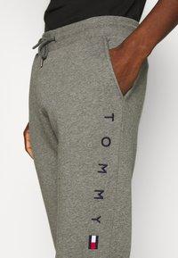Tommy Hilfiger - BASIC BRANDED - Pantaloni sportivi - grey - 4