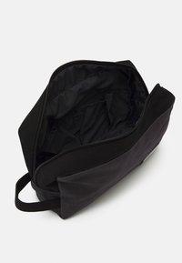 Jack & Jones - JACVANCE TOILETRY BAG - Trousse de toilette - black - 2