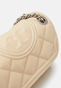 Tory Burch - FLEMING SOFT TEXTURED SMALL CONVERTIBLE SHOULDER BAG - Handbag - new cream - 4